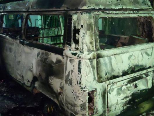 Veículo de prefeitura é destruído em incêndio ocorrido nesta segunda (20) (Crédito: Reprodução)
