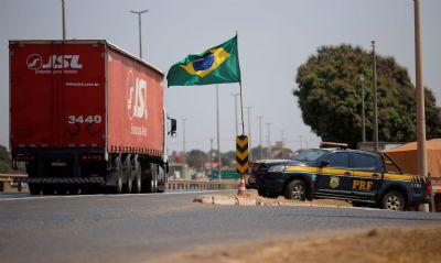 PRF libera 35 pontos de bloqueio de caminhoneiros nas rodovias do Brasil