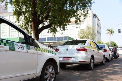 Taxistas e mototaxistas com permissão vencida devem procurar a Semob